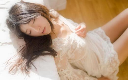 清纯素颜美女蕾丝睡衣写真
